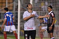 ATENÇÃO EDITOR: FOTO EMBARGADA PARA VEÍCULOS INTERNACIONAIS - SÃO PAULO, SP, 20 OUTUBRO DE 2012 - CAMPEONATO BRASILEIRO - CORINTHIANS x BAHIA: Douglas comemora gol durante partida Corinthians x Bahia,  válida pela 32ª rodada do Campeonato Brasileiro de 2012, em partida disputada no Estádio do Pacaembu em São Paulo. FOTO: LEVI BIANCO - BRAZIL PHOTO PRESS