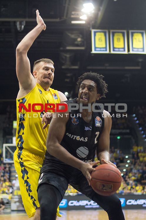 10.05.2019, EWE Arena, Oldenburg, GER, easy Credit-BBL, EWE Baskets Oldenburg vs Mitteldeutscher BC, im Bild<br /> unter dem Korb<br /> James FARR (Mitteldeutscher BC #2 ) Rashid MAHALBASIC (EWE Baskets Oldenburg #24 )<br /> Foto © nordphoto / Rojahn