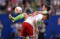 FUSSBALL   1. BUNDESLIGA   SAISON 2012/2013    32. SPIELTAG Hamburger SV - VfL Wolfsburg          05.05.2013 Diego (hinten, VfL Wolfsburg) gegen Zhi-Gin Lam (vorn Hamburger SV)