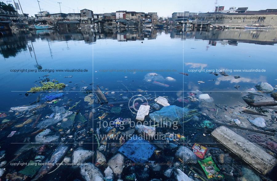 PHILIPPINES Manila, slum dweller of Dagat-Dagatan live close to a dirty open sewage canal which causes diseases, swimming plastic garbage and waste / PHILIPPINEN, Megacity Manila, Slumbewohner in Dagat-Dagatan leben an einem Abwasserkanal, der Krankheiten und Infektionen verursacht, schwimmender Plastikmuell