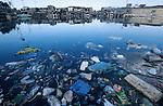PHILIPPINES Manila, slum dweller of Dagat-Dagatan live above dirty open sewage canal which causes diseases, swimming plastic garbage / PHILIPPINEN, Megacity Manila, Slumbewohner in Dagat-Dagatan leben an einem Abwasserkanal, der Krankheiten und Infektionen verursacht, schwimmender Plastikmuell