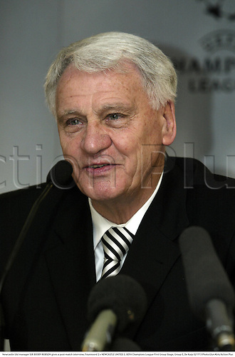 Newcastle Utd manager SIR BOOBY ROBSON gives a post-match interview, Feyenoord 2 v NEWCASTLE UNITED 3, UEFA Champions League First Group Stage, Group E, De Kuip 021113 Photo:Glyn Kirk/Action Plus...Soccer football 2002.managers coach coaches.interviews.......