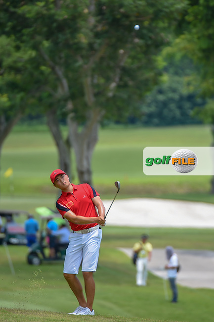 Zheng Kai BAI (CHN) chips on to 11 during Rd 4 of the Asia-Pacific Amateur Championship, Sentosa Golf Club, Singapore. 10/7/2018.<br /> Picture: Golffile   Ken Murray<br /> <br /> <br /> All photo usage must carry mandatory copyright credit (© Golffile   Ken Murray)