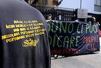 """Roma,20 Giugno 2014<br /> Sede del Giudice di Pace<br /> Attivisti di Resistenze Meticce denunciano l'illegalità e l'incostituzionalità del ruolo dei giudici di pace nella detenzione amministrativa dei migranti nei CIE.<br /> Consegnano una lettere dal titolo """"Basta essere complici"""".<br /> Nessuno è illegale"""