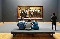 Nederland Amsterdam  2016 03 13.  Rijksmuseum Amsterdam. Bezoekers bekijken een Schuttersstuk in de Eregalerij.  Foto Berlinda van Dam / Hollandse Hoogte