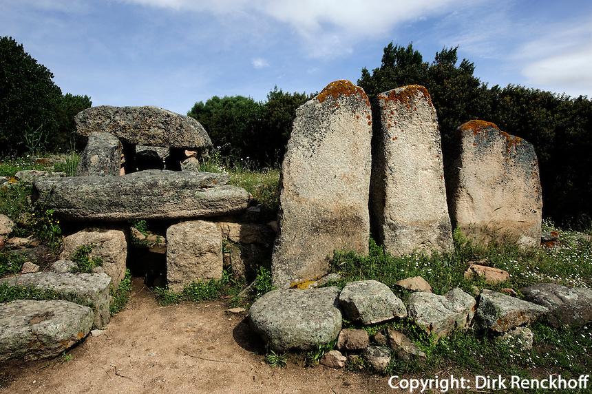 Gigantengrab Tomba dei Giganti di Su Monte 'e S'Abe (Nuraghen-Kultur, 2. Jt. v.Chr.)  bei Olbia, Gallura, Provinz Olbia-Tempio, Nord-Ost Sardinien, Italien