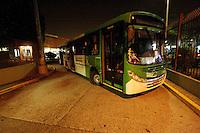 SÃO PAULO, SP, 21.05.2014 -GREVE DOS ONIBUS EM SÃO PAULO - Mais um dia de greve dos motoristas de onibus na cidade de São Paulo, na foto o terminal da Lapa Zona Oeste de São Paulo segue interditado.Onibus com pneu murcho intedita saida de onibus no terminal Lapa . - (Foto: Aloisio Mauricio / Brazil Photo Press)