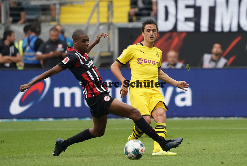 Thomas Delaney (Borussia Dortmund) gegen Gelson Fernandes (Eintracht Frankfurt) - 22.09.2019: Eintracht Frankfurt vs. Borussia Dortmund, Commerzbank Arena, 5. Spieltag<br /> DISCLAIMER: DFL regulations prohibit any use of photographs as image sequences and/or quasi-video.
