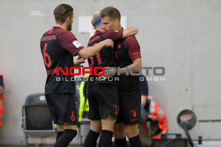 Torjubel um Florian NIEDERLECHNER  (re,FC Augsburg) nach Tor zum 0-1 mit <br />