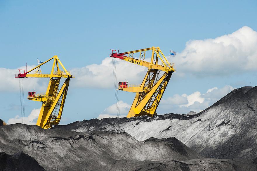 Nederland, Amsterdam, 2 juni 2013<br /> Westelijk havengebied. Kolen opslag, overslag. Bergen met steenkool.<br /> <br /> Foto(c): Michiel Wijnbergh