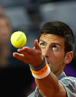 Il serbo Novak Djokovic al servizio contro il brasiliano Thomaz Bellucci durante gli Internazionali d'Italia di tennis a Roma, 14 maggio 2015. <br /> Serbia's Novak Djokovic serves the ball to Brazil's Thomaz Bellucci during the Italian Open tennis tournament in Rome, 14 May 2015.<br /> UPDATE IMAGES PRESS/Riccardo De Luca