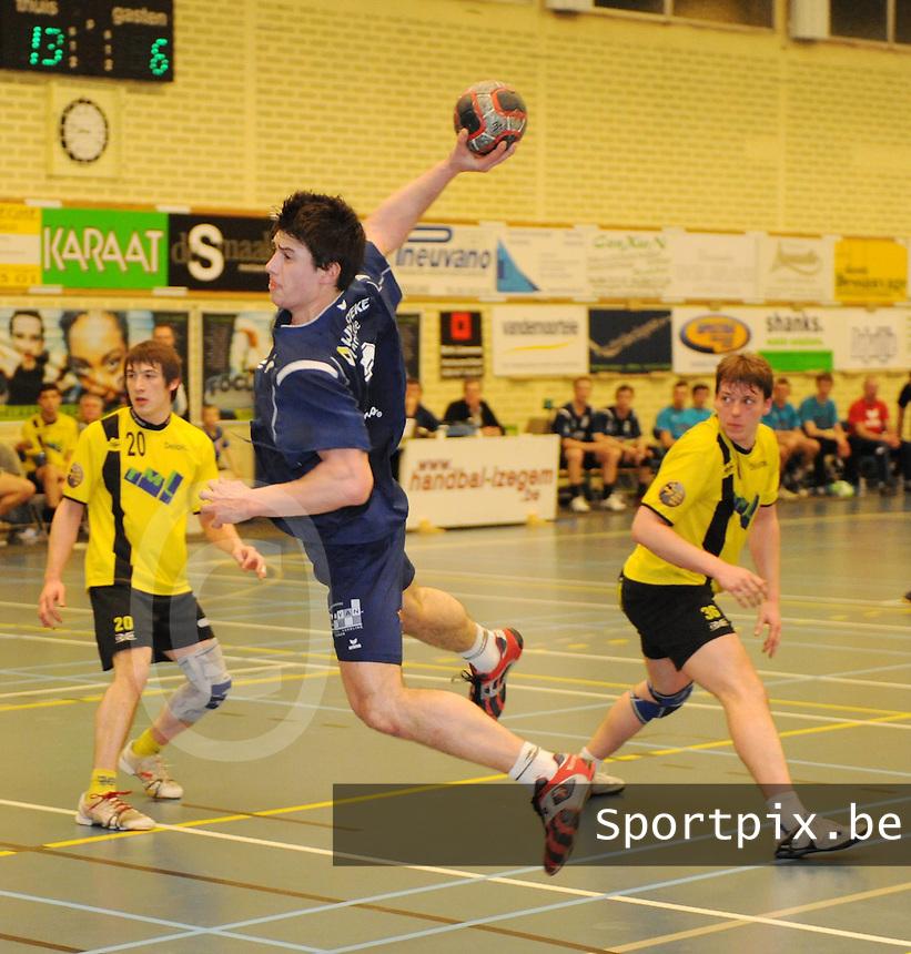 HBC Izegem - Don Bosco Gent.Volodimir Olexiouk met het shot (en het doelpunt).foto David Catry / VDB