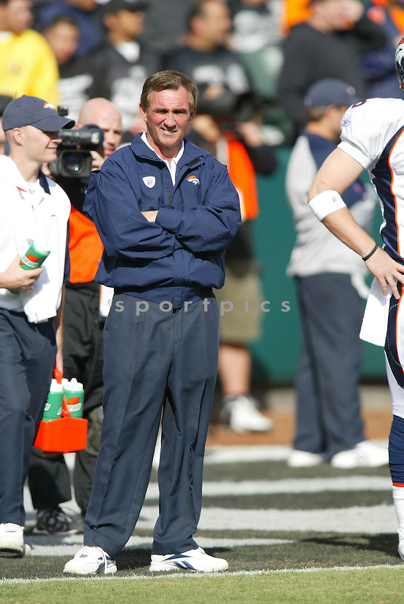 MIKE SHANAHAN, head coach of the Denver Broncos on the sideline of their game against the Oakland Raiders  on November 12, 2006, in Oakland, CA ..Broncos win 17-13..Rob Holt / SportPics