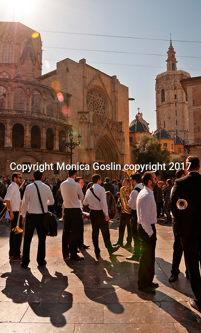 A local band plays in the Plaza de la Virgen