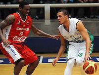 MEDELLIN -COLOMBIA-18-05-2014. Dagoberto Pe–a (Der) de Academia de La Monta–a disputa el balon con Darren White de Condores de Cundinamarca. Aspecto del partido entre Academia de La Monta–a  y Condores de Cundinamarca en la semifinal de la  Liga Direct TV de baloncesto Profesional de Colombia realizado en el coliseo Ivan de Bedout en Medell'n./  Dagoberto Pe–a  (R) of Academia of La Monta–a dispute the ball with Darren White Condores of Cundinamarca. Appearance vs Academia of The Monta–a and Condores of Cundinamarca in the semifinals of the League Direct TV Colombia Professional basketball made ??in Ivan Bedout Coliseum in Medellin..  Photo: VizzorImage / Luis Rios / Stringer
