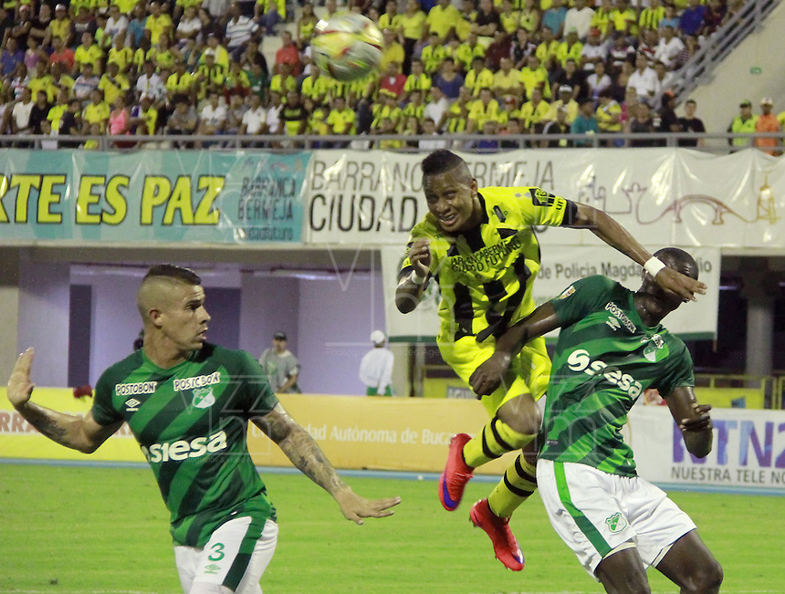 BARRANCABERMEJA -COLOMBIA, 09-08-2015.  xxx (Der) jugador de Alianza Petrolera disputa el balón con xxx (Izq) de Deportivo Cali durante encuentro  por la fecha 5 de la Liga Aguila II 2015 disputado en el estadio Daniel Villa Zapata de la ciudad de Barrancabermeja./ xxx (R) player of Alianza Petrolera fights for the ball with xxx (L) player of Deportivo Cali during match for the 5th date of the Aguila League II 2015 played at Daniel Villa Zapata stadium in Barrancebermeja city. Photo:VizzorImage / Jose Martinez / Cont
