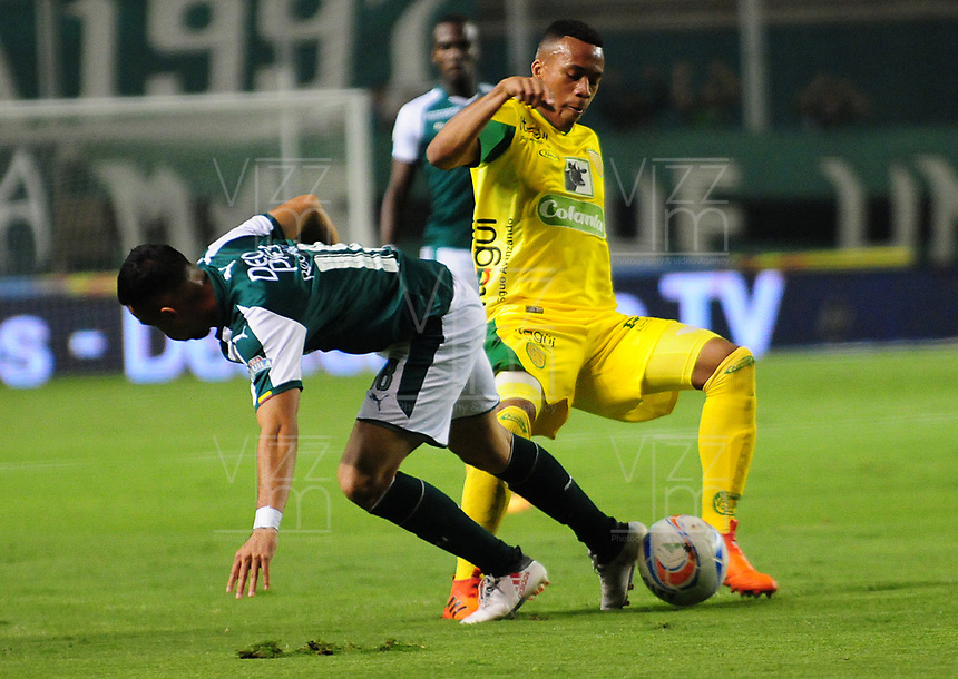 PALMIRA - COLOMBIA - 23 - 03 - 2018: Daniel Giraldo (Izq.) jugador de Deportivo Cali disputa el balón con Edisson Restrepo (Der.) jugador de Leones F. C., durante partido entre Deportivo Cali y Leones F. C., de la fecha 10 por la liga Aguila I 2018, jugado en el estadio Deportivo Cali (Palmaseca) en la ciudad de Palmira. / Daniel Giraldo (L) player of Deportivo Cali vies for the ball with Edisson Restrepo (R) player of Leones F. C., during a match between Deportivo Cali and Leones F. C., of the 10th date for the Liga Aguila I 2018, at the Deportivo Cali (Palmaseca) stadium in Palmira city. Photo: VizzorImage  / Nelson Rios / Cont.