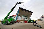 Tijdens de bouw van eensgezinswoningen op een nieuwbouwproject wordt een dakkapel getransporteerd voor afbouw op het dak. COPYRIGHT TON BORSBOOM