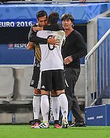 FUSSBALL EURO 2016 VIERTELFINALE IN BORDEAUX Deutschland - Italien      02.07.2016 Emre Can (li) und Trainer Joachim Loew (re) umjubeln Mesut Oezil (Mitte, alle Deutschland) nach dessen Tor zum 1:0