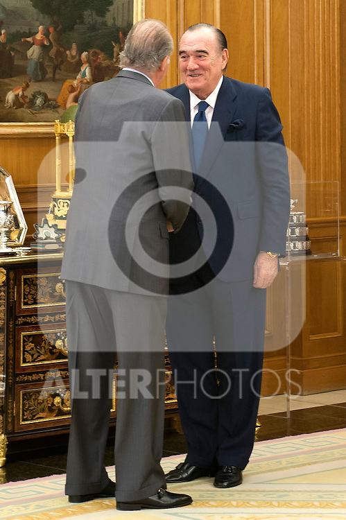 King Juan Carlos I of Spain greets to the bussinesman Fernando Fernandez Tapias (r) during the reception to the members of the Governing Board of the Royal Academy of the Sea..(Alterphotos/Ricky)