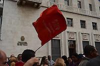 SAO PAULO, 31 DE MAIO DE 2012 - MANIFESTACAO MORADIA - Manifestantes da FLM (Frente de Luta por Moradia) e organizacoes que compartilham da luta, protestam na frente da Prefeitura de SP, regiao central da cidade. Os presentes manifestam contra possiveis reeintegracoes de posse que estariam em andamento no centro da cidade e desabrigariam cerca de 560 familias e mais de 2000 pessoas. FOTO: ALEXANDRE MOREIRA - BRAZIL PHOTO PRESS