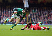 Pictured: Jared Payne of Ireland (L) avoids Jamie Roberts (R) of Wales Saturday 14 March 2015<br />