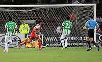 MEDELLIN - COLOMBIA -29-03-2014: Sherman Cardenas (Der.) jugador de Atletico Nacional disputa el balón con Hector Urrego (Izq.) jugador de Independiente Santa Fe durante partido Atletico Nacional y el Independiente Santa Fe por la fecha 13 de la Liga Postobon I 2014, jugado en el estadio Atanasio Girardot de la ciudad de Medellin.  / Sherman Cardenas (R) player of Atletico Nacional fights for the ball with Hector Urrego (L) player of Independiente Santa Fe during a match Atletico Nacional and Independiente Santa Fe for the date 13th of the Liga Postobon I 2014 at the Atanasio Girardot stadium in Medellin city. Photo: VizzorImage. / Luis Rios / Str.