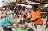 Jaqueline Okelo (Mitte, Hintergrund) mit Bettie (Uganda, rechts) auf ihrem gemeinsamen Marktstand im BidiBidi Flüchtlingslager in Uganda