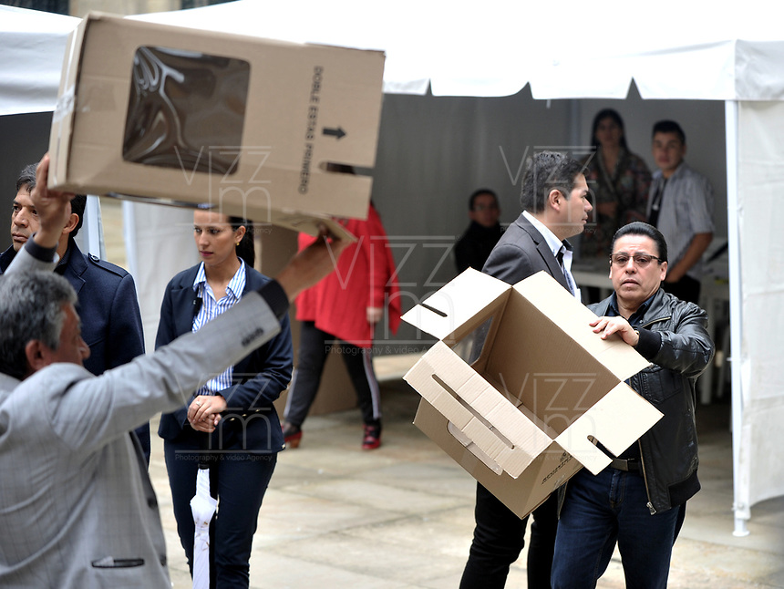 BOGOTÁ – COLOMBIA, 27-05-2018: Jurados muestran las urnas vacías, antes de empezar la jornada de elecciones Presidenciales para el periodo 2018-2022. / Juries show the empty ballots box, before starting the day of Presidential elections in the period 2018-2022. Photo: VizzorImage/ Luis Ramirez / Staff.