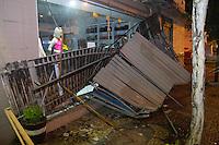 INDAIATUBA, SP - 11.10.2013: CHUVA CASTIGA CIDADE - INDAIATUBA - Chuva de graniso com fortes ventos castiga a cidade de Indaiatuba, frente de loja despenca na  região central da cidade nesta segunda-feira (11). (Foto: Marcelo Brammer/Brazil Photo Press)