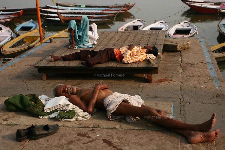 27.11.2008 Varanasi(Uttar Pradesh)<br /> <br /> Three men taking rest in the ghat.<br /> <br /> Trois hommes se reposant sur le ghat.