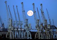 Hafenmond: EUROPA, DEUTSCHLAND, HAMBURG, (EUROPE, GERMANY), 25.01.2008: Hamburg, Hafen, Mond, Kran, Museum der Arbeit Schuppen 50, Kleiner Grassbrook, Bremer Kai, Untergang, Aufwind-Luftbilder, .c o p y r i g h t : A U F W I N D - L U F T B I L D E R . de.G e r t r u d - B a e u m e r - S t i e g 1 0 2, .2 1 0 3 5 H a m b u r g , G e r m a n y.P h o n e + 4 9 (0) 1 7 1 - 6 8 6 6 0 6 9 .E m a i l H w e i 1 @ a o l . c o m.w w w . a u f w i n d - l u f t b i l d e r . d e.K o n t o : P o s t b a n k H a m b u r g .B l z : 2 0 0 1 0 0 2 0 .K o n t o : 5 8 3 6 5 7 2 0 9.V e r o e f f e n t l i c h u n g  n u r  m i t  H o n o r a r  n a c h M F M, N a m e n s n e n n u n g  u n d B e l e g e x e m p l a r !.