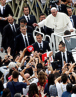 Papa Francesco saluta i fedeli al termine di una messa con i catechisti in Piazza San Pietro, Citta' del Vaticano, 29 settembre 2013.<br /> Pope Francis waves to faithful at the end of a mass with catechists in St. Peter's Square, Vatican, 29 September 2013.<br /> UPDATE IMAGES PRESS/Riccardo De Luca<br /> <br /> STRICTLY ONLY FOR EDITORIAL USE
