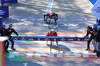 Nova York (EUA), 03/11/2019 - Maratona de Nova York - Daniel Romanchuk, dos EUA, cruza a linha de chegada para ganhar o Acabamento de atleta profissional para cadeira de rodas para homens durante a maratona TCS New York City 2019 em Nova York em 3 de novembro de 2019 (Foto: William Volcov/Brazil Photo Press)