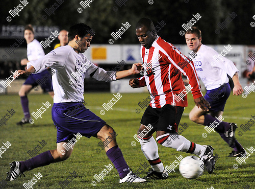 2010-10-16 / Voetbal / seizoen 2010-2011 / Gooreind VV - Nieuwmoer FC / Roel Heye (L) met Chikezie van Nieuwmoer..Foto: Mpics