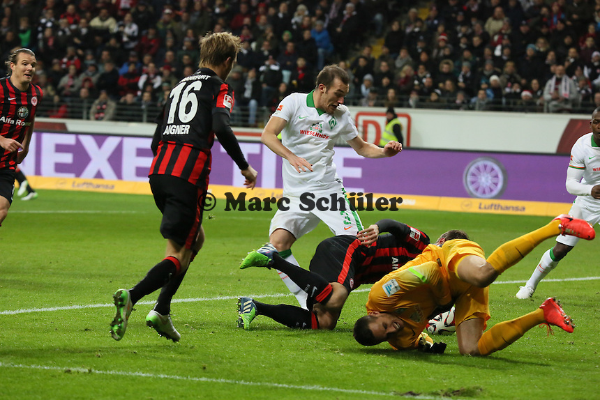 Raphael Wolf (Werder) hat sich verletzt, während Haris Seferovic (Eintracht) den Ball zum 2:1 ins NEtz stochert - Eintracht Frankfurt vs. SV Werder Bremen, Commerzbank Arena