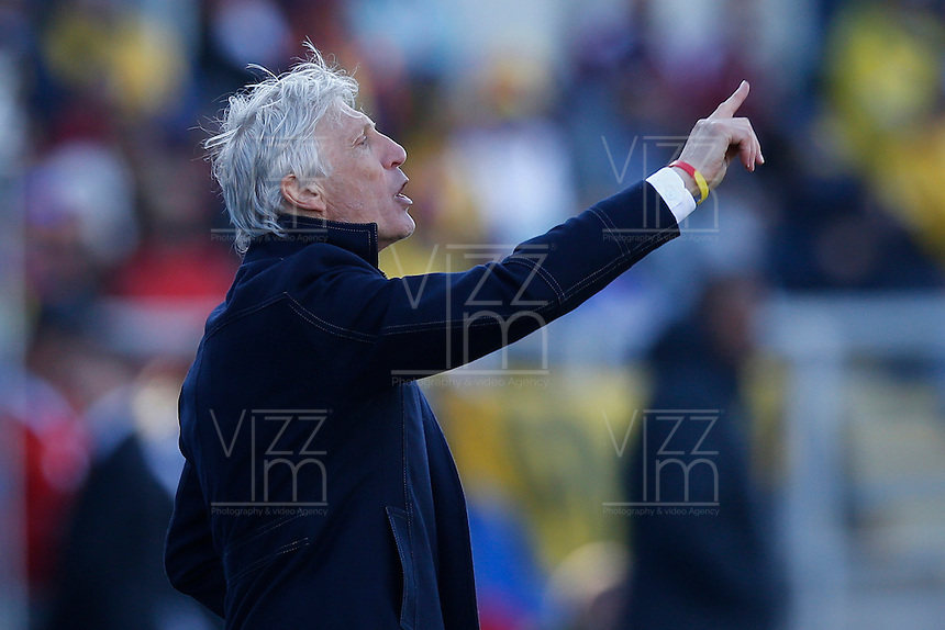 RANCAGUA- CHILE - 14-04-2015: Jose Pekerman, técnico de Colombia, da instrucciones a los jugadores, durante partido Colombia y Venezuela, por la fase de grupos, Grupo C, de la Copa America Chile 2015, en el estadio El Teniente en la Ciudad de Rancagua. / Jose Pekerman, coach of Colombia, gives instructions to the players,  during a match between Colombia and Venezuela for the group phase, Group C, of the Copa America Chile 2015, in the El Teniente stadium in Rancagua city. Photos: VizzorImage /  Photosport /Marcelo Hernandez / Cont.