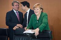 Berlin,  Bundeskanzlerin Angela Merkel (CDU) (r.), Bundesgesundheitsminister Daniel Bahr (FDP) und Kanzleramtsminister Ronald Pofalla (CDU) zu Beginn der Kabinettssitzung, Kanzleramt, Deutschland - April 17. (Photo by Maja Hitij/commonlens)