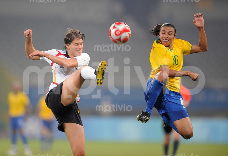 Olympia 2008  Peking  Fussball  Frauen   18.08.2008 Brasilien - Deutschland MARTA (re, BRA) im Zweikampf mit Annike KRAHN (li, GER).
