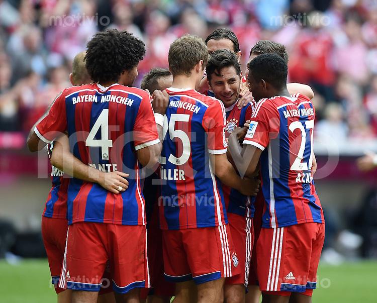 FUSSBALL   1. BUNDESLIGA   SAISON 2013/2014  34. SPIELTAG FC Bayern Muenchen - VfB Stuttgart             10.05.2014 TEAMJUBEL FC Bayern nach dem Siegtraffer zum 1-0 von Claudio Pizarro (2.v.re)