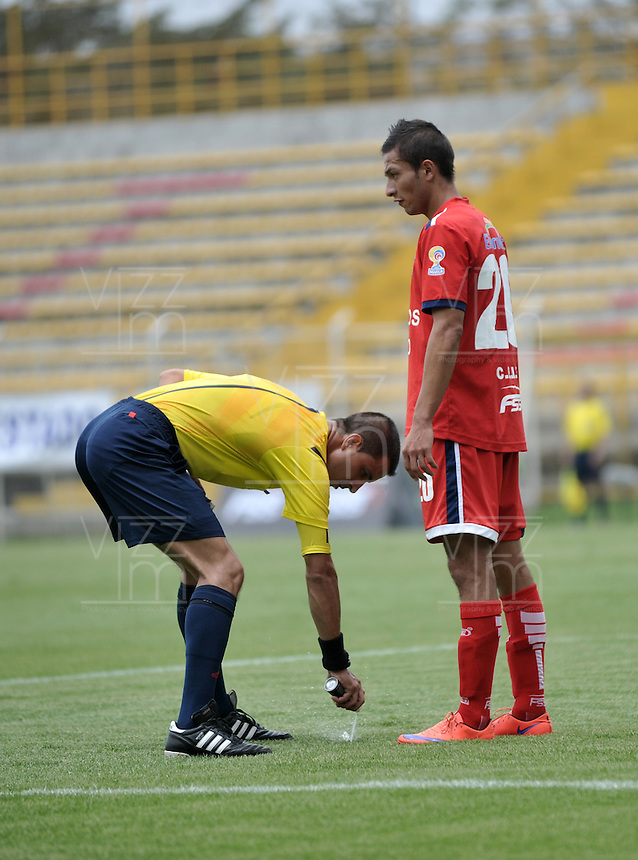 BOGOTA - COLOMBIA -19 -03-2016: Oscar Gomez (Izq.), arbitro, durante partido entre Fortaleza FC y Atletico Junior, por la fecha 11 de la Liga Aguila I-2016, jugado en el estadio Metropolitano de Techo de la ciudad de Bogota. / Oscar Gomez (L), during a match between Fortaleza FC and Atletico Junior, for the date 11 of the Liga Aguila I-2016 at the Metropolitano de Techo Stadium in Bogota city, Photo: VizzorImage  / Luis Ramirez / Staff.