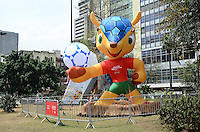 ATENÇÃO EDITOR: FOTO EMBARGADA PARA VEÍCULOS INTERNACIONAIS. SAO PAULO, 24 DE SETEMBRO DE 2012 - LANCAMENTO OFICIAL MASCOTE COPA 2014 - Um boneco do Tatu-bola foi apresentado oficialmente, no fim da manha desta segunda feira (24), no Vale do Anhangabau, regiao central da capital, como o mascote da copa do mundo de 2014 que acontece no Brasil. FOTO: ALEXANDRE MOREIRA - BRAZIL PHOTO PRESS