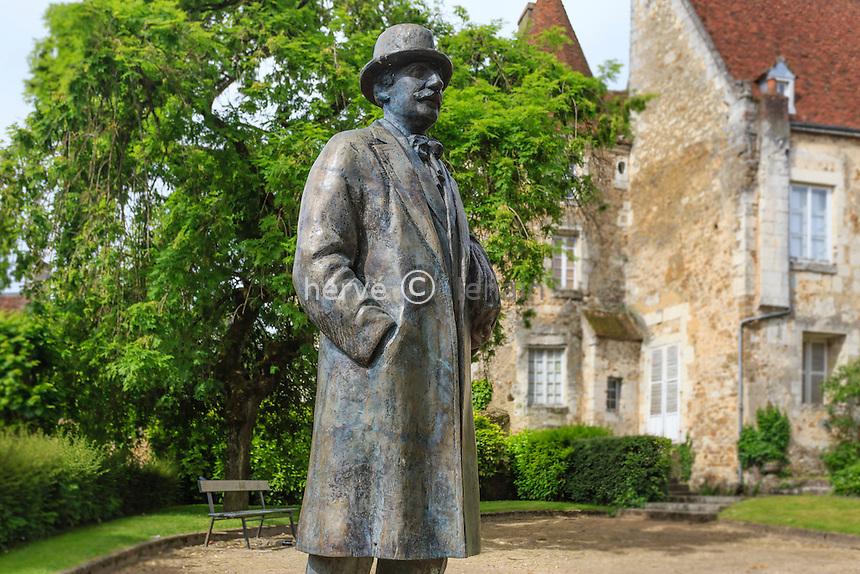 France, Orne (61), Mortagne-au-Perche, statue du philosophe Alain // France, Orne, Mortagne au Perche, statue of the philosopher Alain