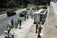 RIO DE JANEIRO, RJ, 30.12.2013 -  ACIDENTE  DE ONIBUS RJ - Um ônibus tombou no acesso da subida do Elevado da Paulo de Frontin no final dessa manhã,  segundo o corpo de bombeiros 10 pessoas ficaram feridas sendo que duas em estado grave todos os feridos foram levados ao hospital municipal Souza Aguiar no centro do Rio, nessa segunda , 30. (Foto: Levy Ribeiro / Brazil Photo Press)