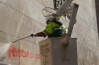 SAO PAULO 19 DE JUNHO DE 2013  - Funcionarios da retiram pichacao da faichada da prefeitura nesta quarta-feira(19) com o nome do prefeito de Sao Paulo Fernando Haddad escrita por  manifestantes do Passe Livre. (Foto: Amauri Nehn/Brazil Photo Press)