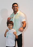 """SAO PAULO, SP, 10 DE MARCO 2012. ESPETACULO BOB ESPONJA, A ESPONJA QUE PODIA VOAR. O lutador Vitor Belfort, com o filho Davi, no espaco montado para as criancas brincarem antes da estreia para VIPS do espetaculo """"Bob Esponja, a Esponja que Podia Voar"""", no<br /> Credicard Hall, em Santo Amaro, regiao sul de SP, na tarde deste sabado, 10. (FOTO: MILENE CARDOSO - BRAZIL PHOTO PRESS)"""
