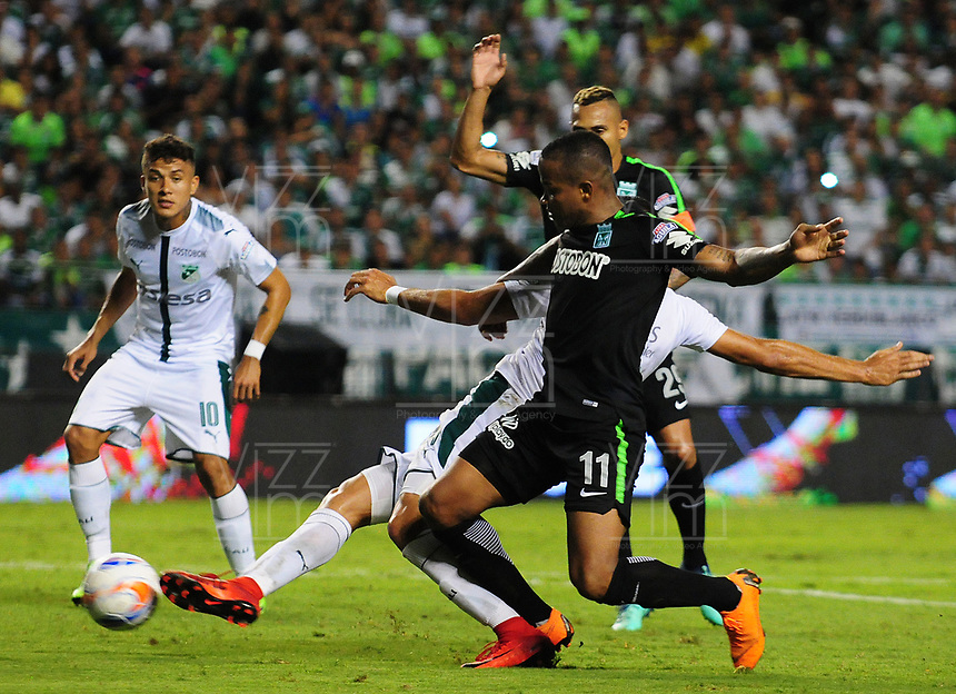 PALMIRA - COLOMBIA, 02-05-2018: Pablo Sabbag (atrás) del Deportivo Cali disputa el balón con Andres Renteria (adelante) de Atlético Nacional durante partido por la fecha 14 de la Liga Aguila II 2017 jugado en el estadio Palmaseca de Cali. / Pablo Sabbag (back) player of Deportivo Cali fights for the ball with Andres Renteria (Front) player of Atletico Nacional during match for the date 14 of the Aguila League II 2017 played at Palmaseca stadium in Cali.  Photo: VizzorImage/ Nelson Rios / Cont
