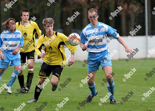 2011-04-03 / Voetbal / seizoen 2010-2011 / Oevel - Flandria / Sven Gorts (r, Oevel) met Robin Hakkens..Foto: Mpics