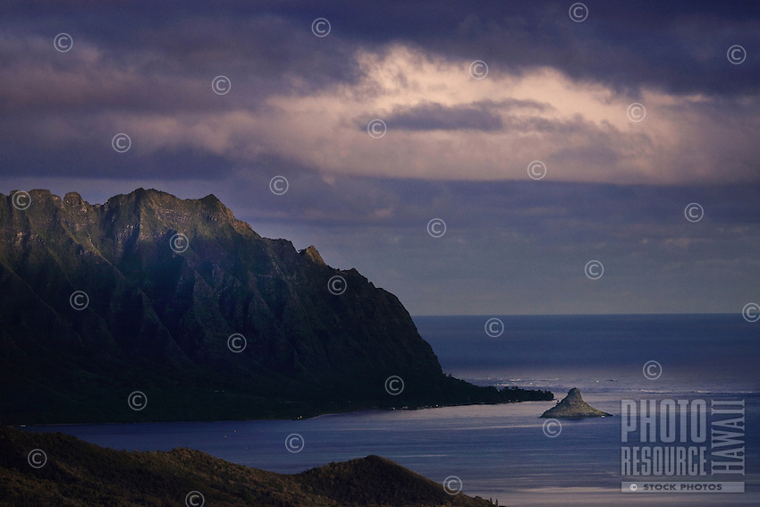 Ko'olau Mountains, Chinaman's Hat and a beautiful view of the Pacific Ocean from theNu'uanu Pali Lookout on O'ahu