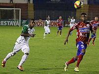 PASTO -COLOMBIA, 07-12-2013. Omar Mancilla (Der)  jugador del Deportivo Pasto disputa el balón con Juan Quintero (Izq) jugador del Deportivo Cali durante partido por la fecha 6 de los cuadrangulares finales de la Liga Postobón II 2013 realizado en el estadio La Libertad de Pasto./ Omar Mancilla (R) player of Deportivo Pasto vies for the ball with Juan Quintero (L) player of Deportivo Cali during the match for the 6th date of final quadrangulars of the Postobon  League II 2013 played at La Libertad in Pasto city. Photo: VizzorImage/STR